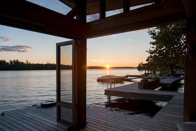 Dock über den see bei sonnenaufgang, lake of the woods, ontario, kanada
