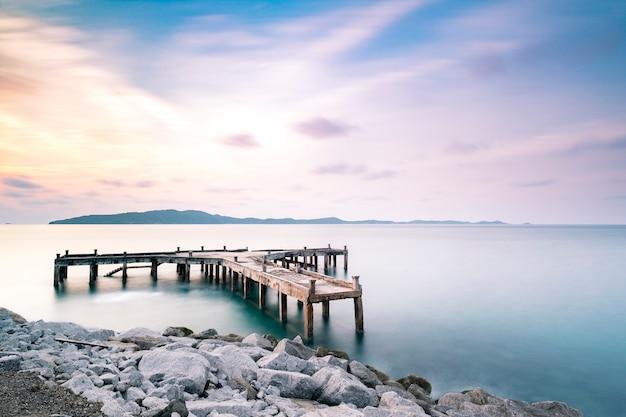 Dock und pier am meer in der dämmerung langzeitbelichtung
