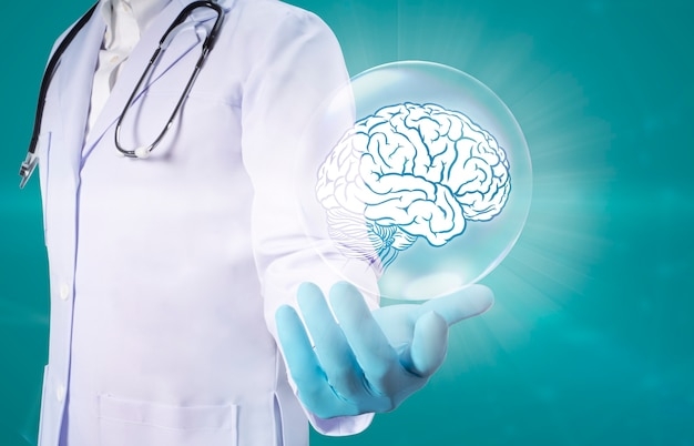 Doctor hands, die ein digitales gehirn mit einem technologiekonzept für das gesundheitswesen und die medizinische versorgung halten