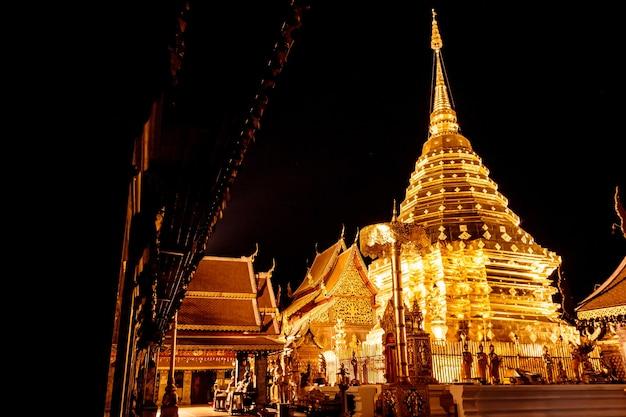 Doi suthep-tempel in chiang mai nachts