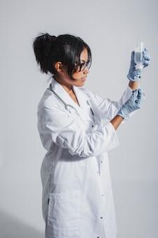 Doktor arbeitet mit spritze