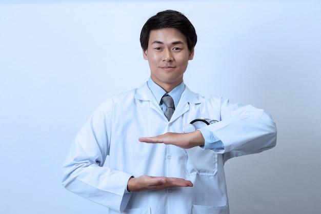 Doktor, arzt, der etwas in der leeren hand hält