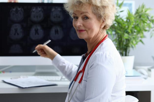 Doktor auf bürotischporträt