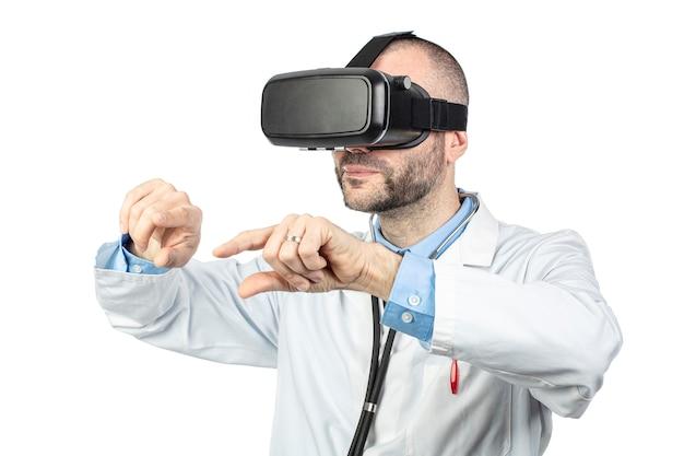 Doktor benutzt ein gerät der virtuellen realität, um zu üben