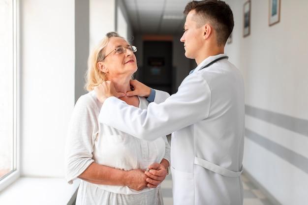 Doktor, der ältere frau konsultiert