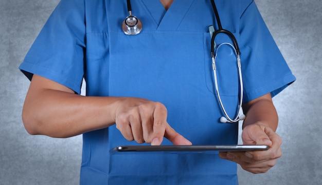 Doktor, der an einer digitalen tablette arbeitet