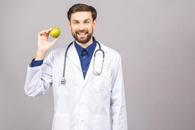 Doktor, der apfelkonzept für gesunde ernährung und lebensstil oder gute ernährung gibt