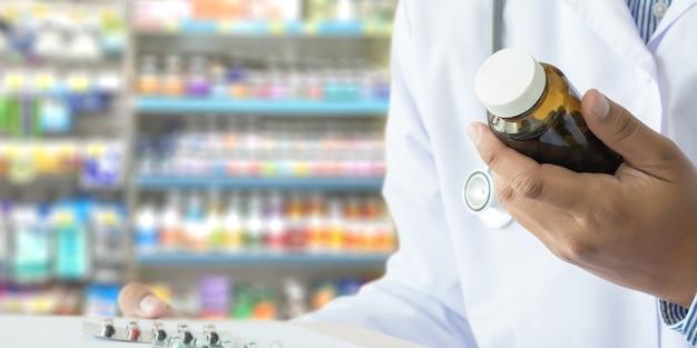 Doktor, der apotheker in der apothekendrugstore medizin hält