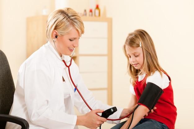 Doktor, der blutdruck des kindes misst