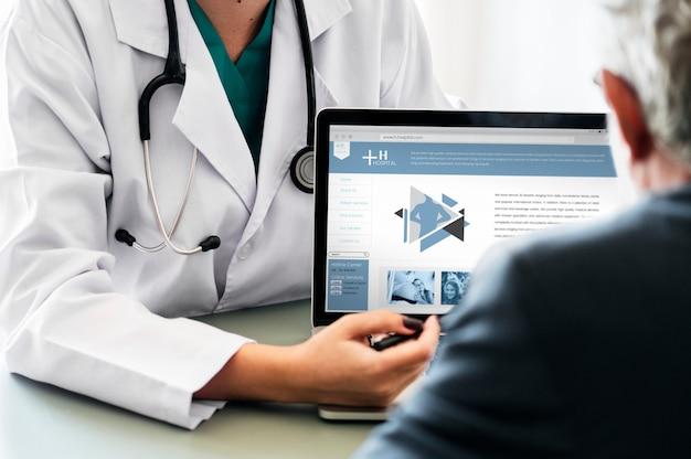 Doktor, der dem patienten krankenhausprogramm vorschlägt