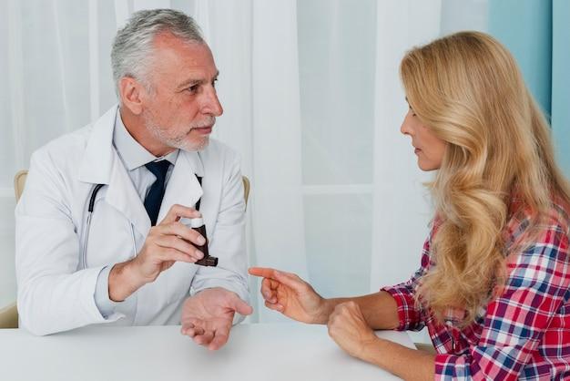 Doktor, der dem patienten medizinische ausrüstung gibt