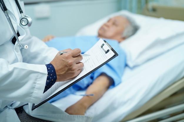 Doktor, der die diagnose auf klemmbrett notiert