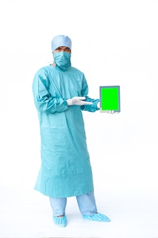 Doktor, der die tablette des grünen bildschirms zeigt.
