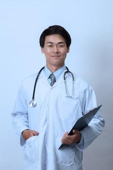 Doktor, der ein klemmbrett hält