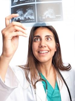Doktor, der ein mammogramm überprüft