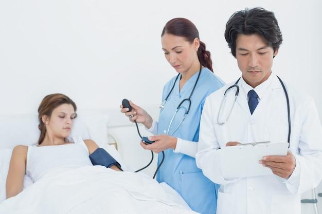 Doktor, der ein medizinisches diagramm anhält