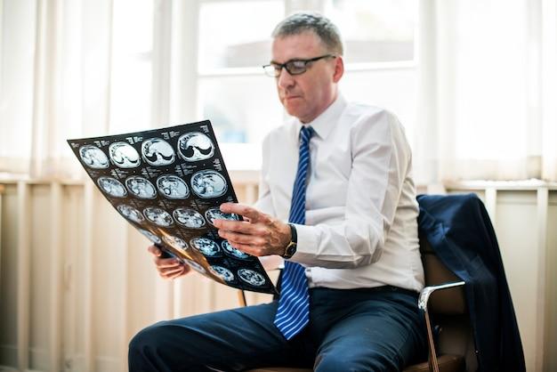 Doktor, der ein röntgenstrahlergebnis überprüft