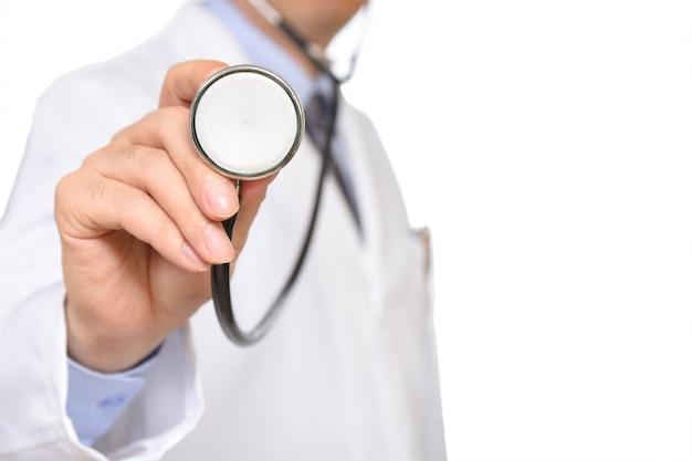 Doktor, der ein sthetoscope hält