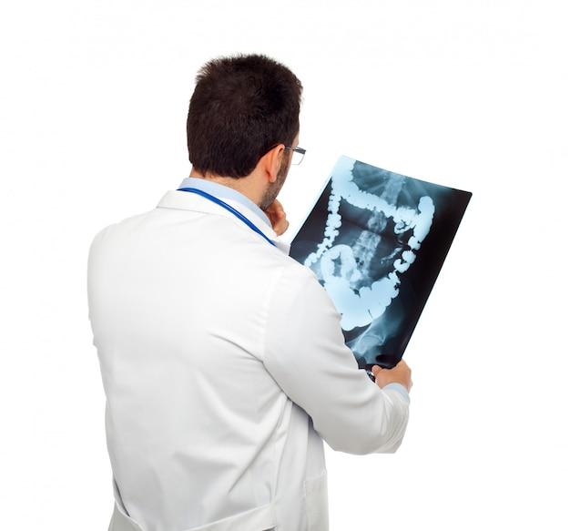 Doktor, der eine darmröntgenographie konsultiert