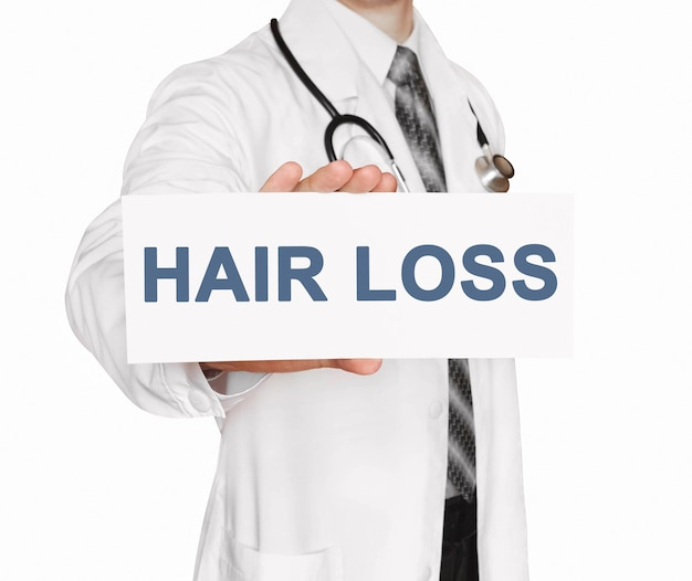 Doktor, der eine karte mit haarausfall, medizinisches konzept hält