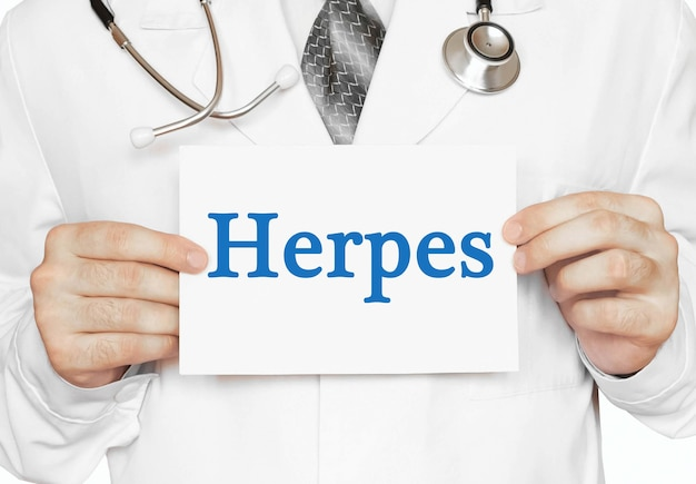 Doktor, der eine karte mit herpes, medizinisches konzept hält
