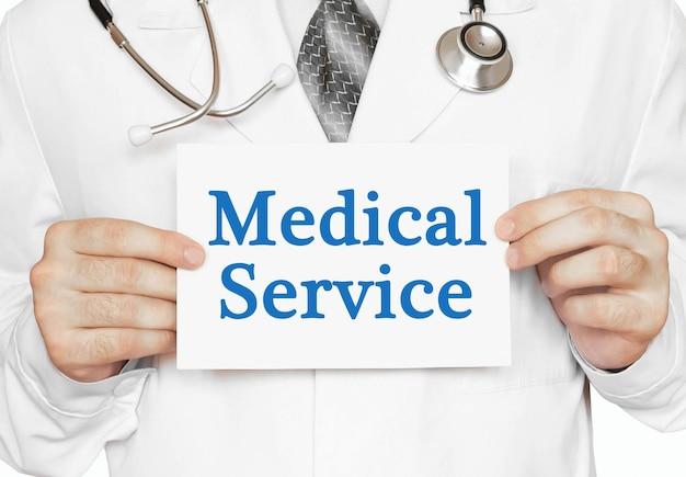 Doktor, der eine karte mit medizinischem dienst, medizinisches konzept hält