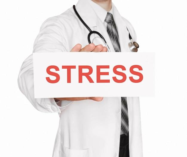 Doktor, der eine karte mit stress, medizinisches konzept hält