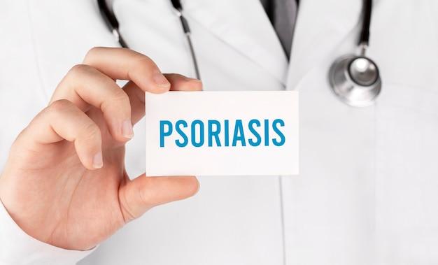 Doktor, der eine karte mit text psoriasis, medizinisches konzept hält