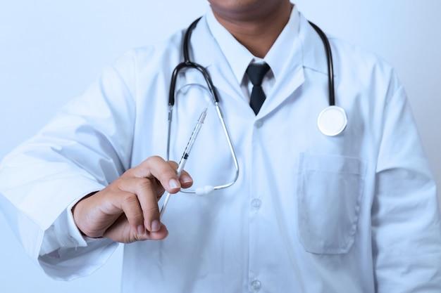 Doktor, der eine spritze anhält