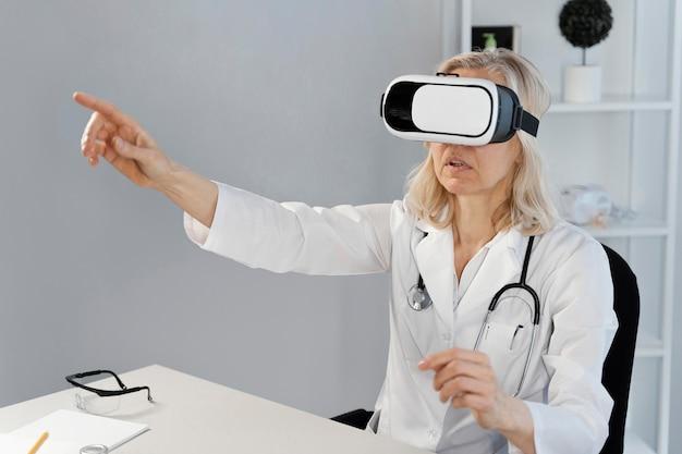 Doktor, der eine virtual-reality-brille trägt
