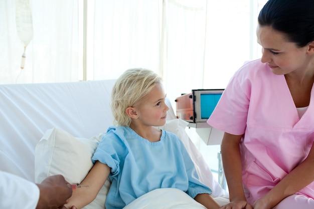 Doktor, der einem kleinen weiblichen patienten impfstoff gibt