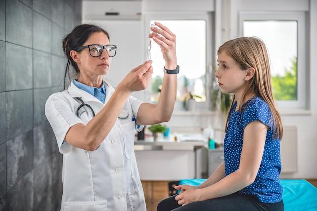 Doktor, der einen impfstoff vorbereitet, um in einen patienten einzuspritzen