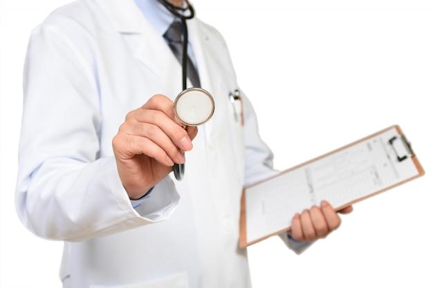 Doktor, der einen ordner und ein sthetoscope hält