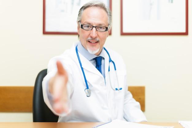 Doktor, der einen patienten begrüßt i