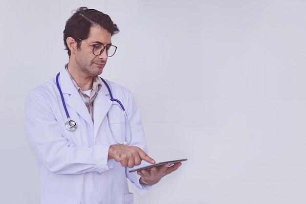 Doktor, der geduldige informationen über ein tablettengerät überprüft