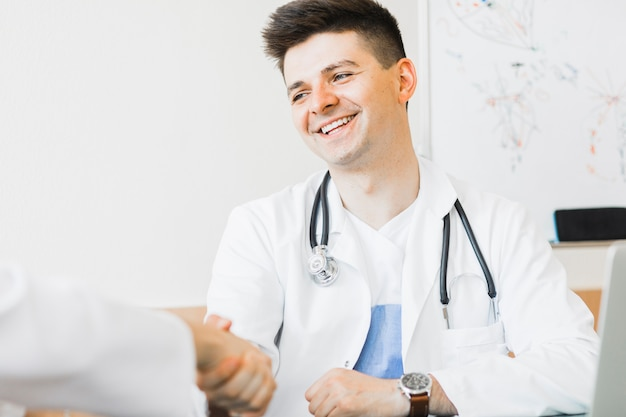 Doktor, der hand rüttelt