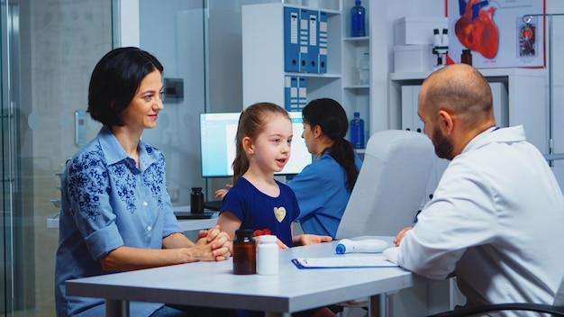 Doktor, der hohe fünf mit kleinem patienten in der arztpraxis gibt. heilpraktiker, arzt, facharzt für medizin, der gesundheitsdienste anbietet, diagnostische behandlung im krankenhaus.