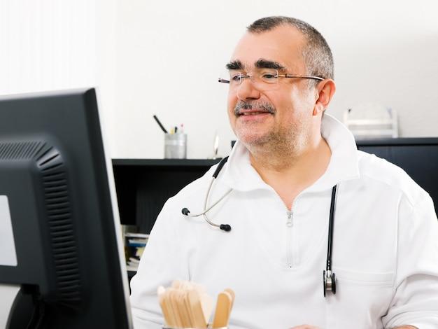 Doktor, der im büro arbeitet