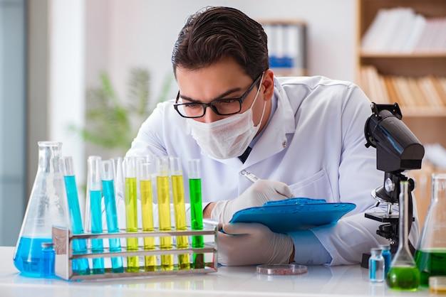 Doktor, der im labor arbeitet