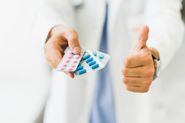 Doktor, der in der hand pillen hält