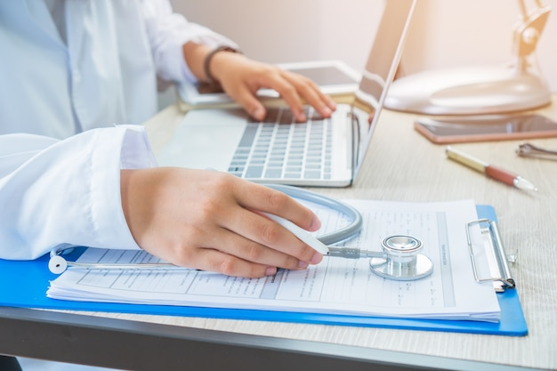 Doktor, der informationen suchend arbeitet