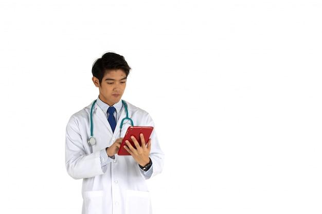 Doktor, der informationen über mobile im büro bearbeitet und sucht. behandlungs- und technologiekonzept. bild zum hinzufügen einer kurzmitteilung.