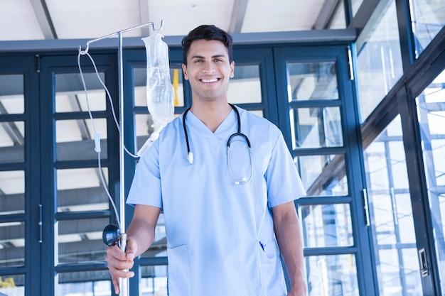 Doktor, der intravenösen tropfenfänger im krankenhaus hält