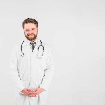 Doktor, der kamera lächelt und betrachtet