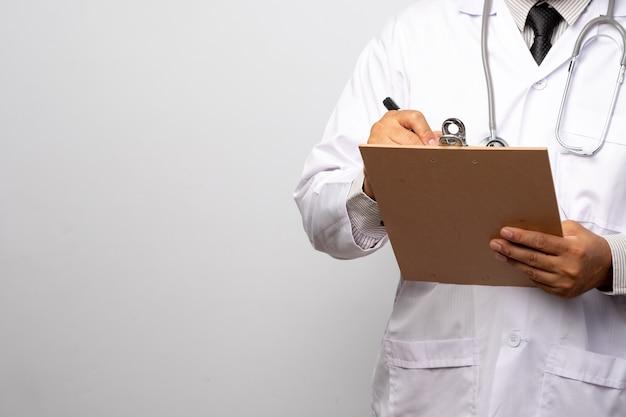 Doktor, der klemmbrett mit blatt papier hält. arzt und stethoskop. gesundheitskonzept.