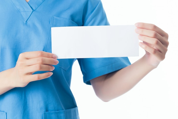 Doktor, der leeres papier hält