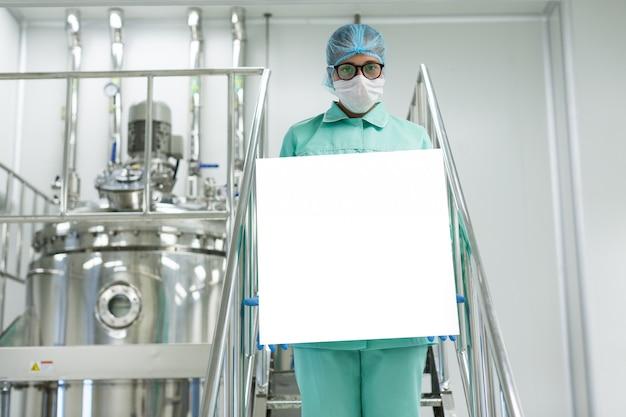 Doktor, der leeres plakat in der front hält