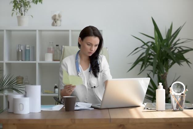 Doktor, der medizinische testergebnisse analysiert