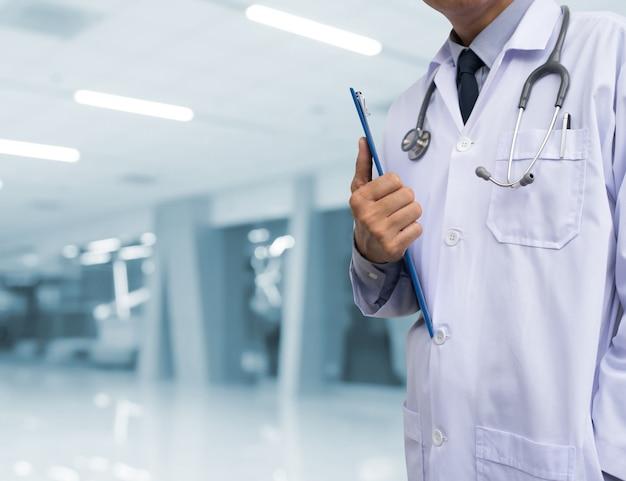 Doktor, der medizinisches dokument im krankenhaus verwahrt