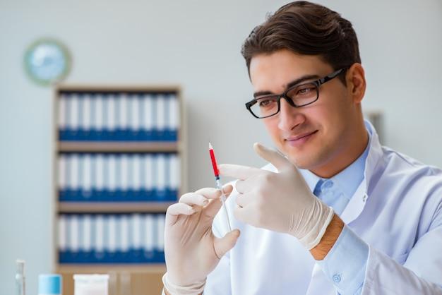 Doktor, der mit blutproben arbeitet